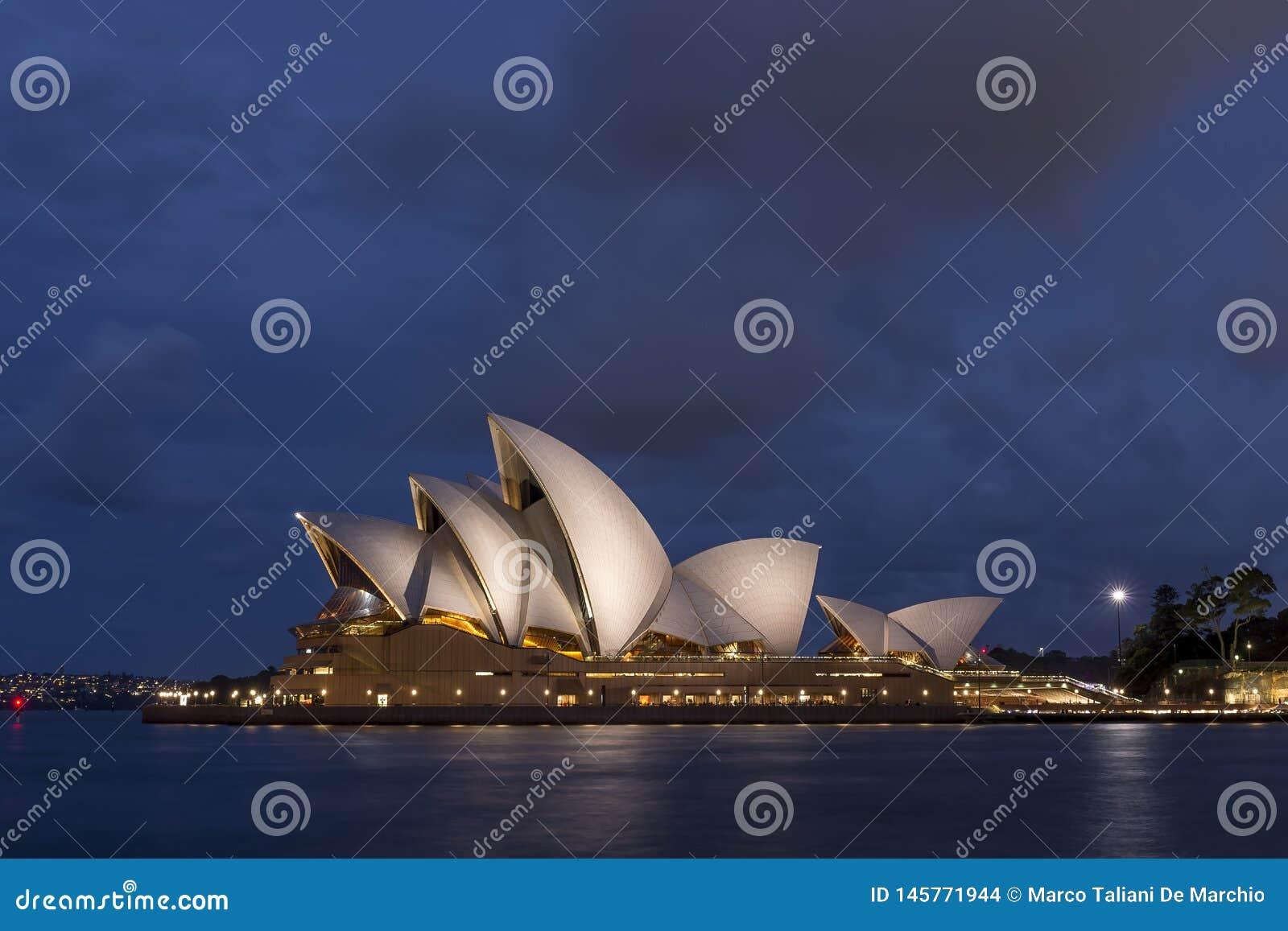 Mooi die Sydney Opera House door het blauwe uurlicht wordt aangestoken, Australië
