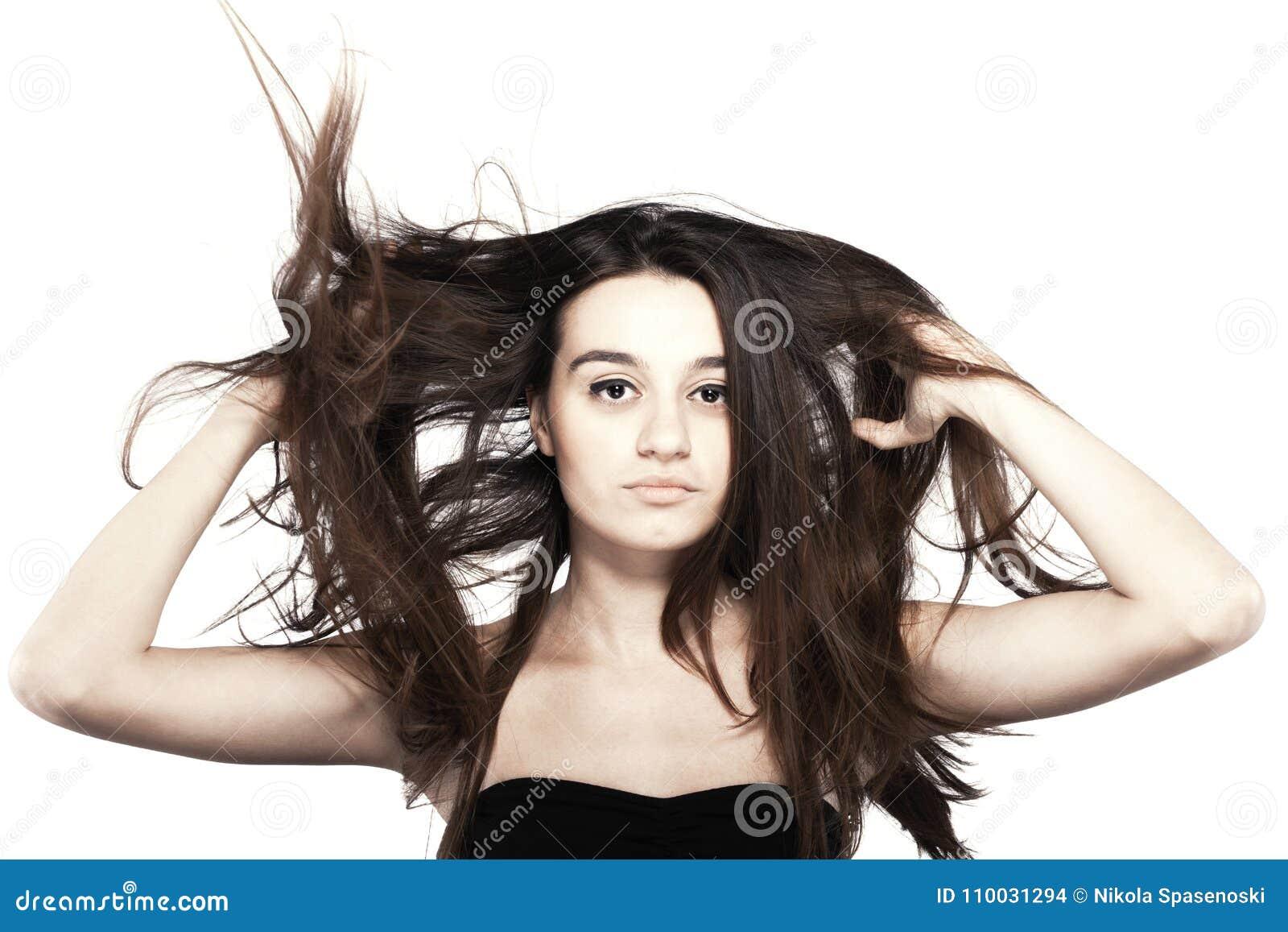 Mooi donkerbruin meisje met winderig haar