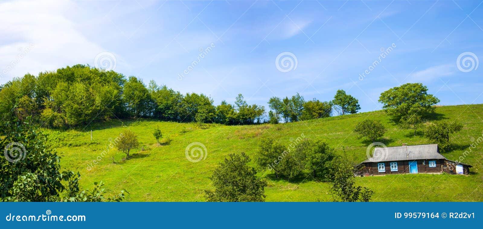 Mooi dorpshuis op een heuvel
