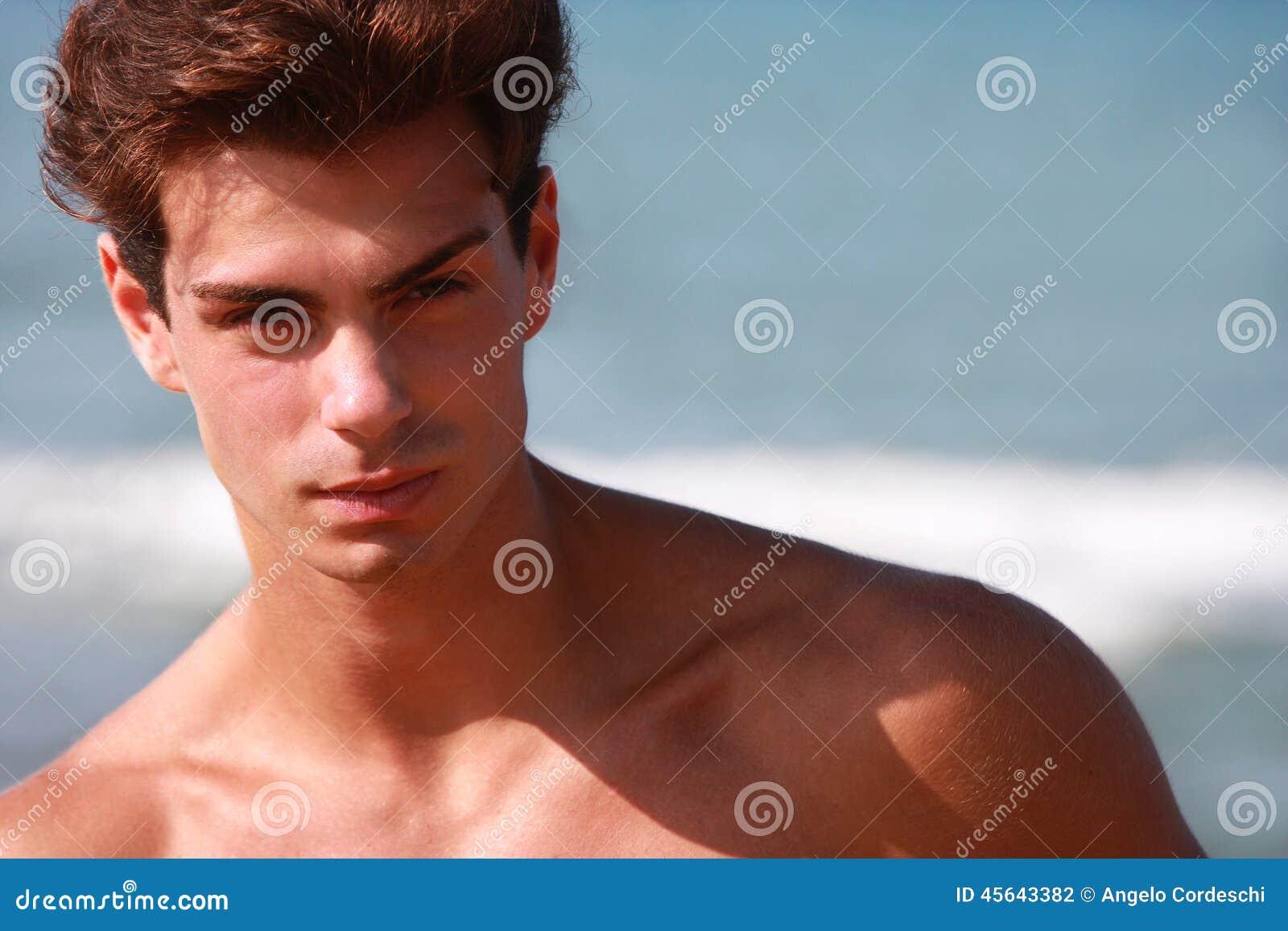 Mooi en spier jonge mensen shirtless portret