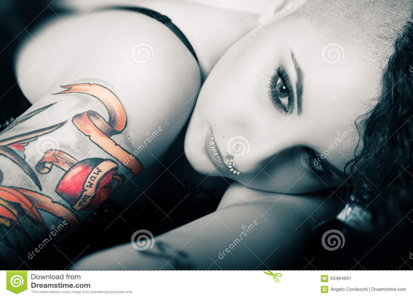 Mooi en zoet gezichtsmeisje Tatoegeringsliefde voor Mamma en Papa schoonheid