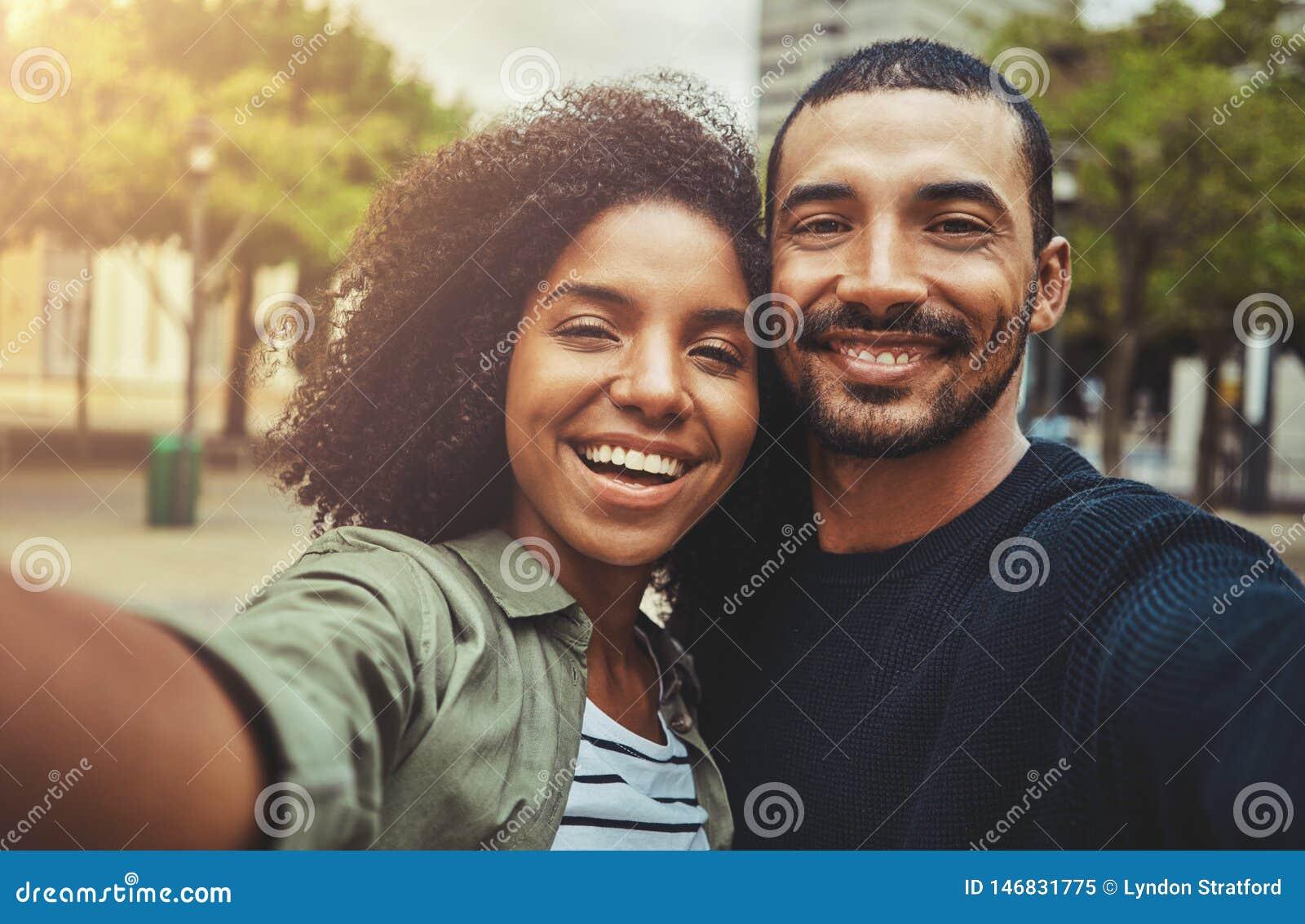 Mooi gelukkig paar die selfie zelf-portret nemen