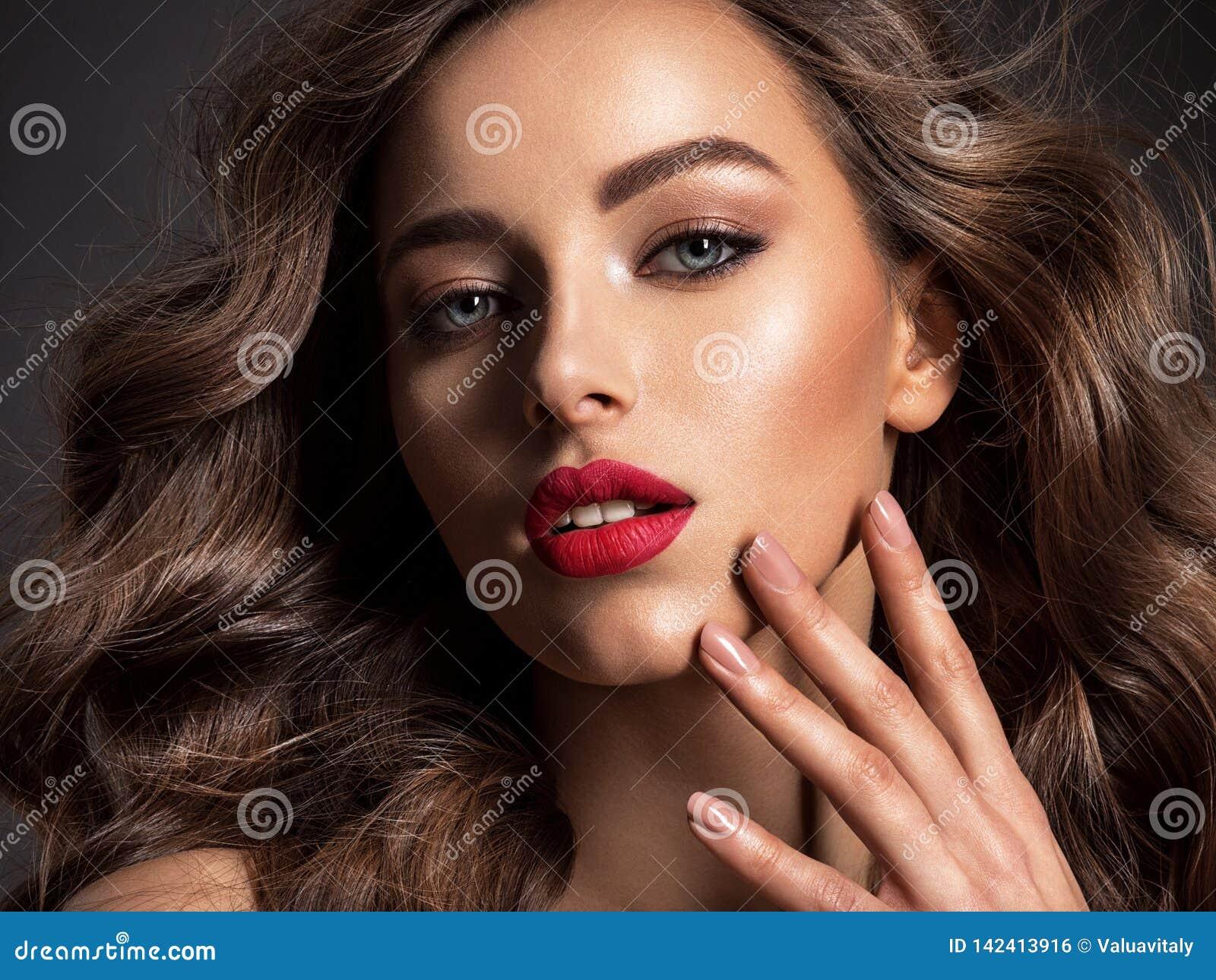 Mooi gezicht van een aantrekkelijk model met rode lippenstift