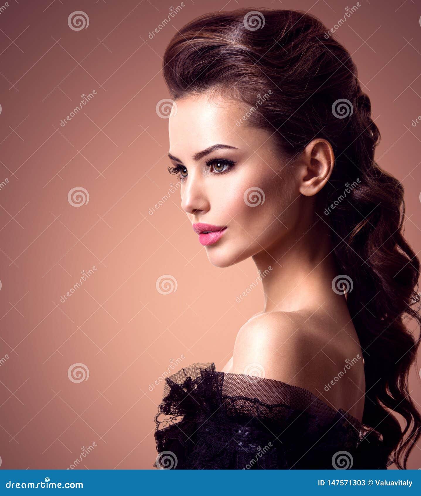 Mooi gezicht van een jonge sexy vrouw met lange haren