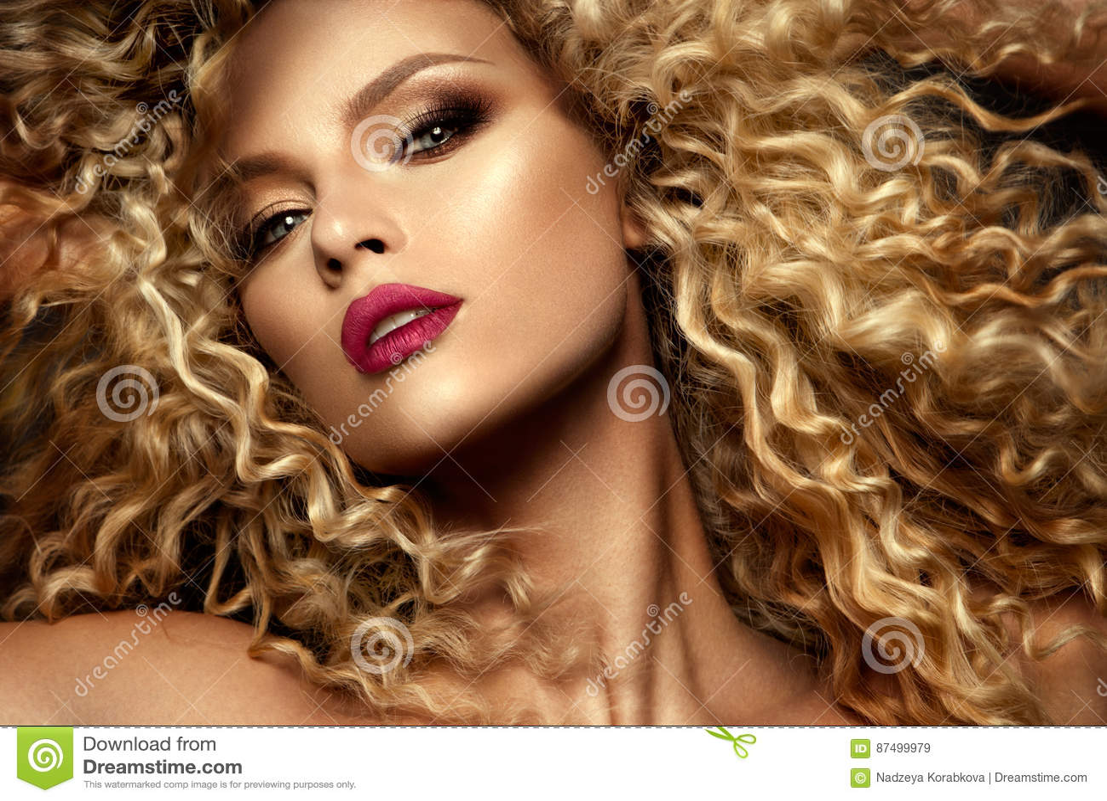 Mooi gezicht van een mannequin met blauwe ogen Krullend Haar Rode Lippen