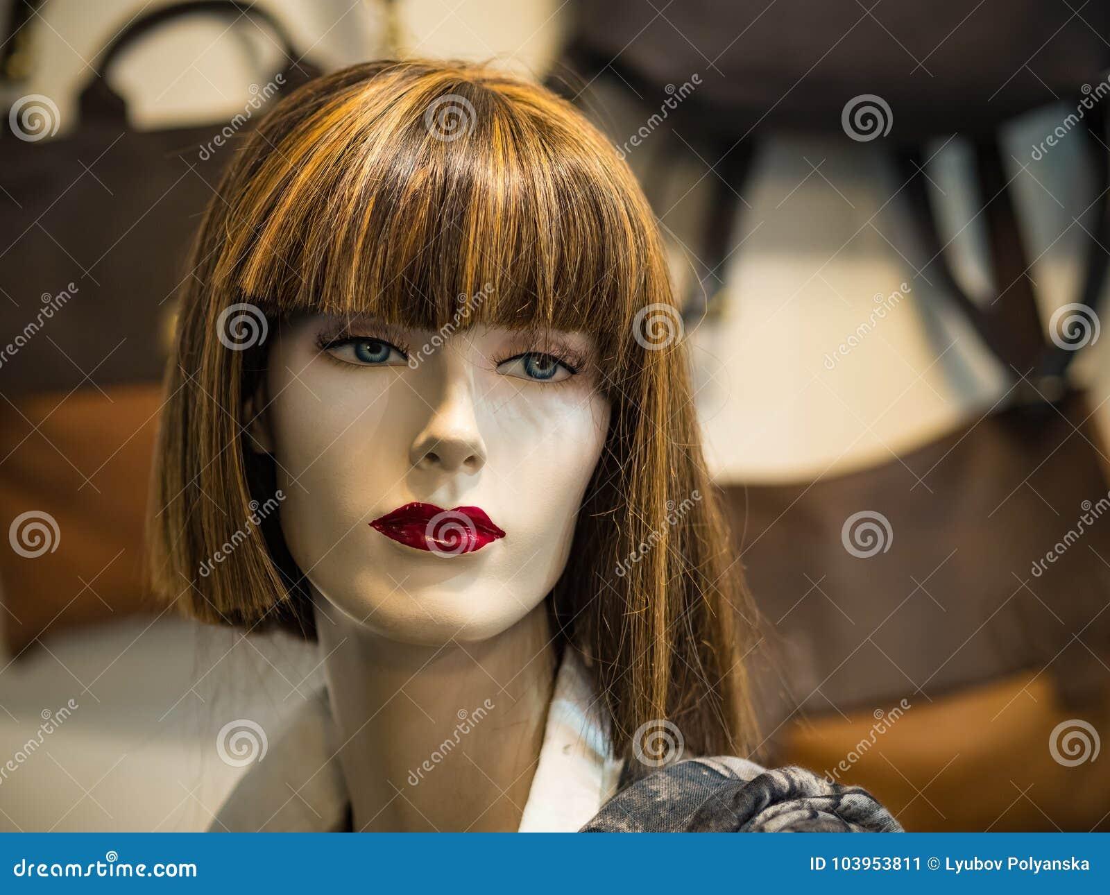 Mooi gezicht van een vrouwelijke ledenpop in een winkelvenster