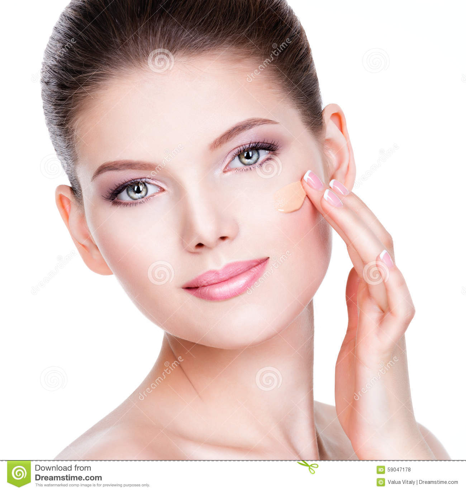 Mooi gezicht van jonge vrouw met kosmetische stichting op een huid