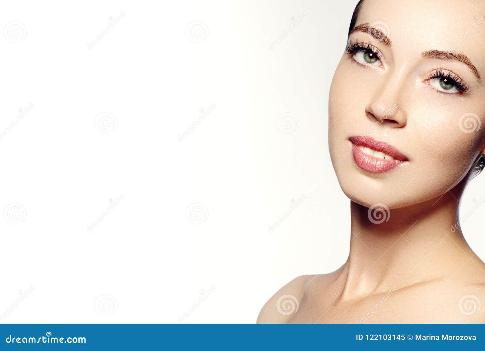 Mooi gezicht van jonge vrouw Skincare, wellness, kuuroord De schone zachte huid, gezonde vers ziet eruit Natuurlijke dagelijkse m