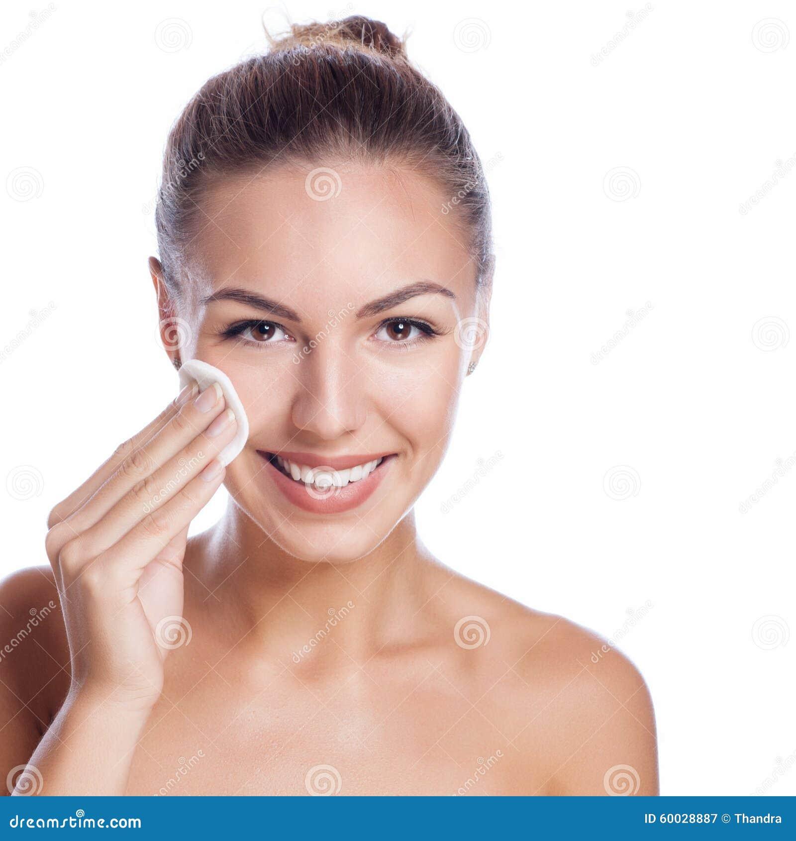 Mooi gezicht van mooie glimlachende vrouw die - stellen bij