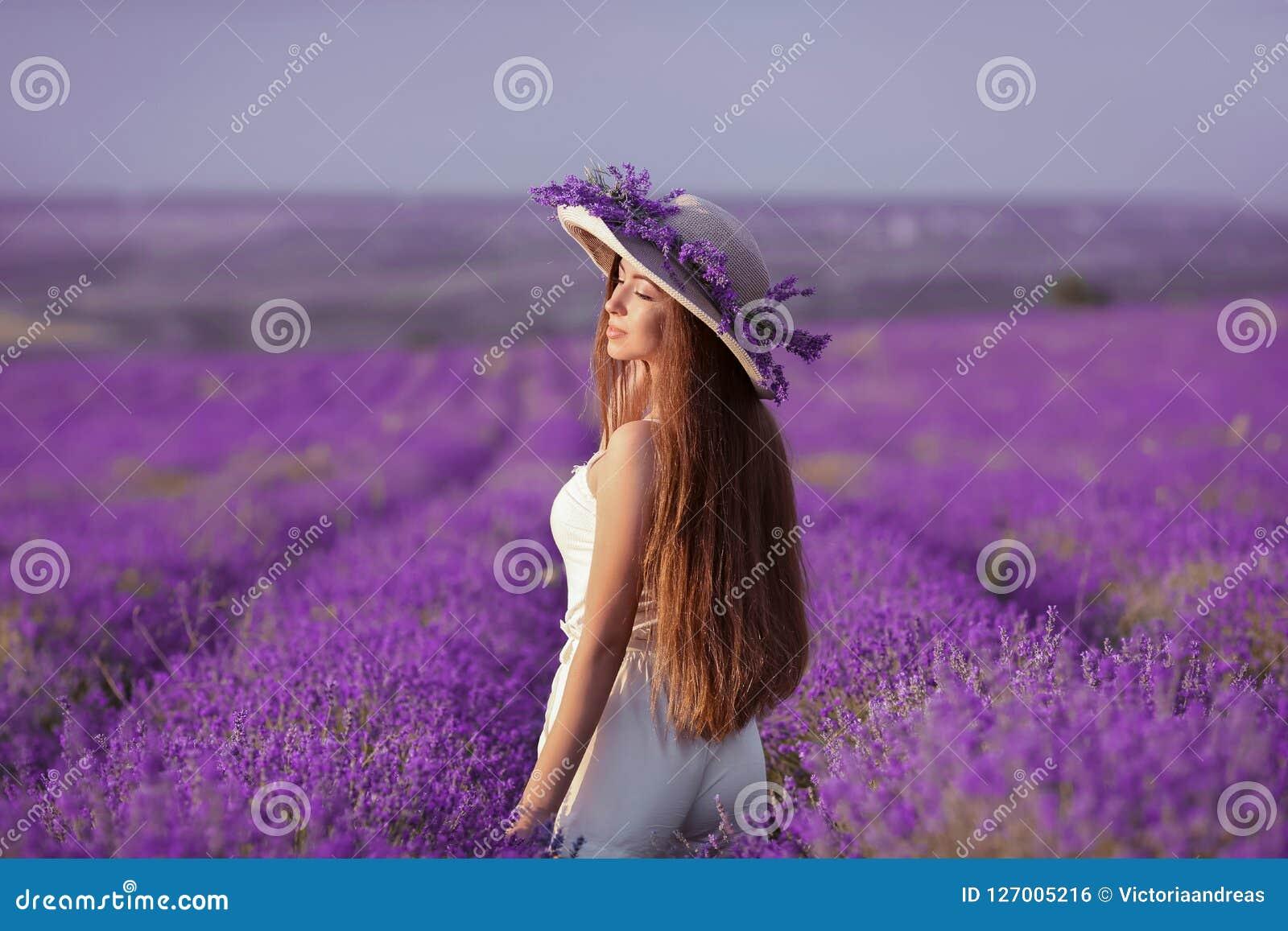Mooi gezond lang haar Achtermening van Jong tienermeisje in hoed