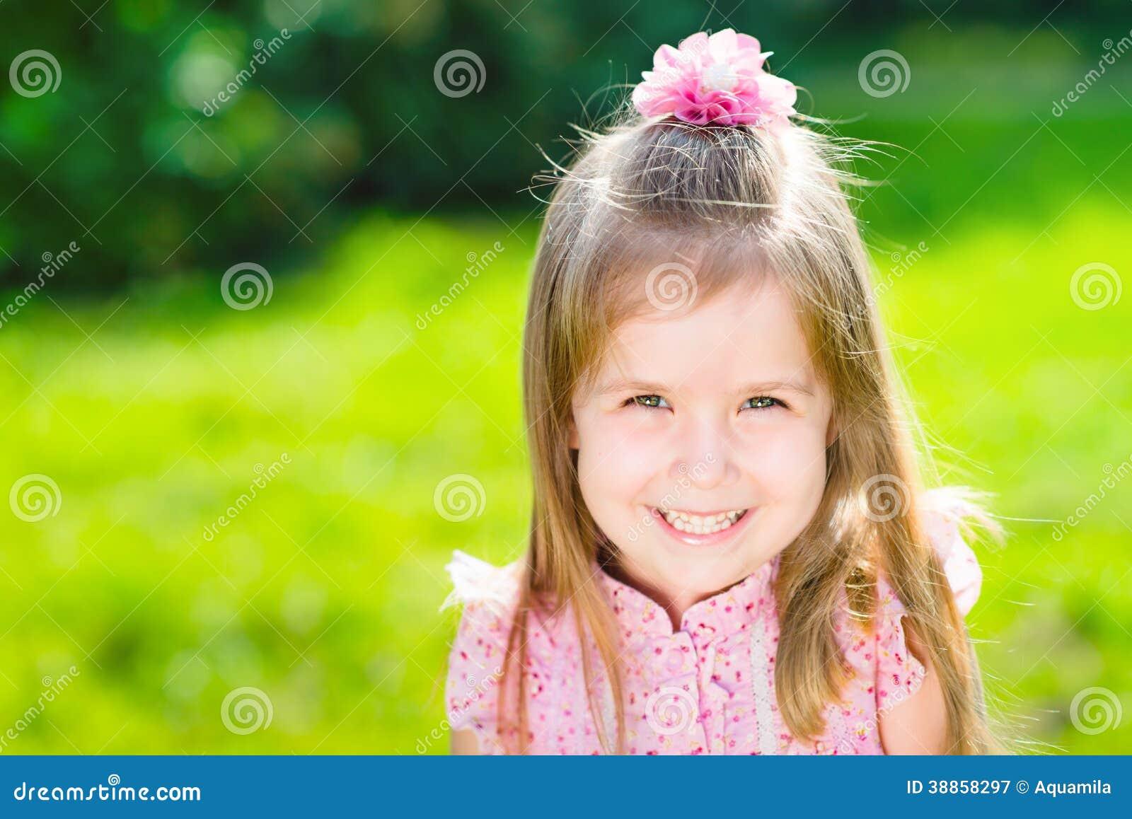 Mooi glimlachend meisje met lang blond haar
