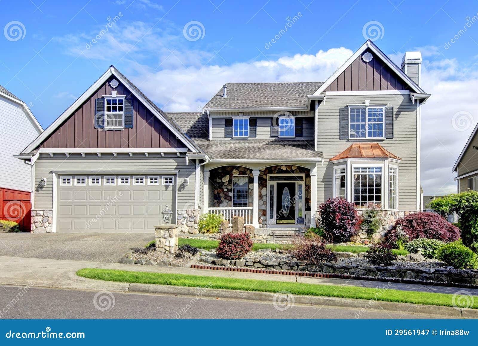 Mooi grijs nieuw klassiek huis buiten met natuurlijke steen royalty vrije stock fotografie - Nieuw huis ...