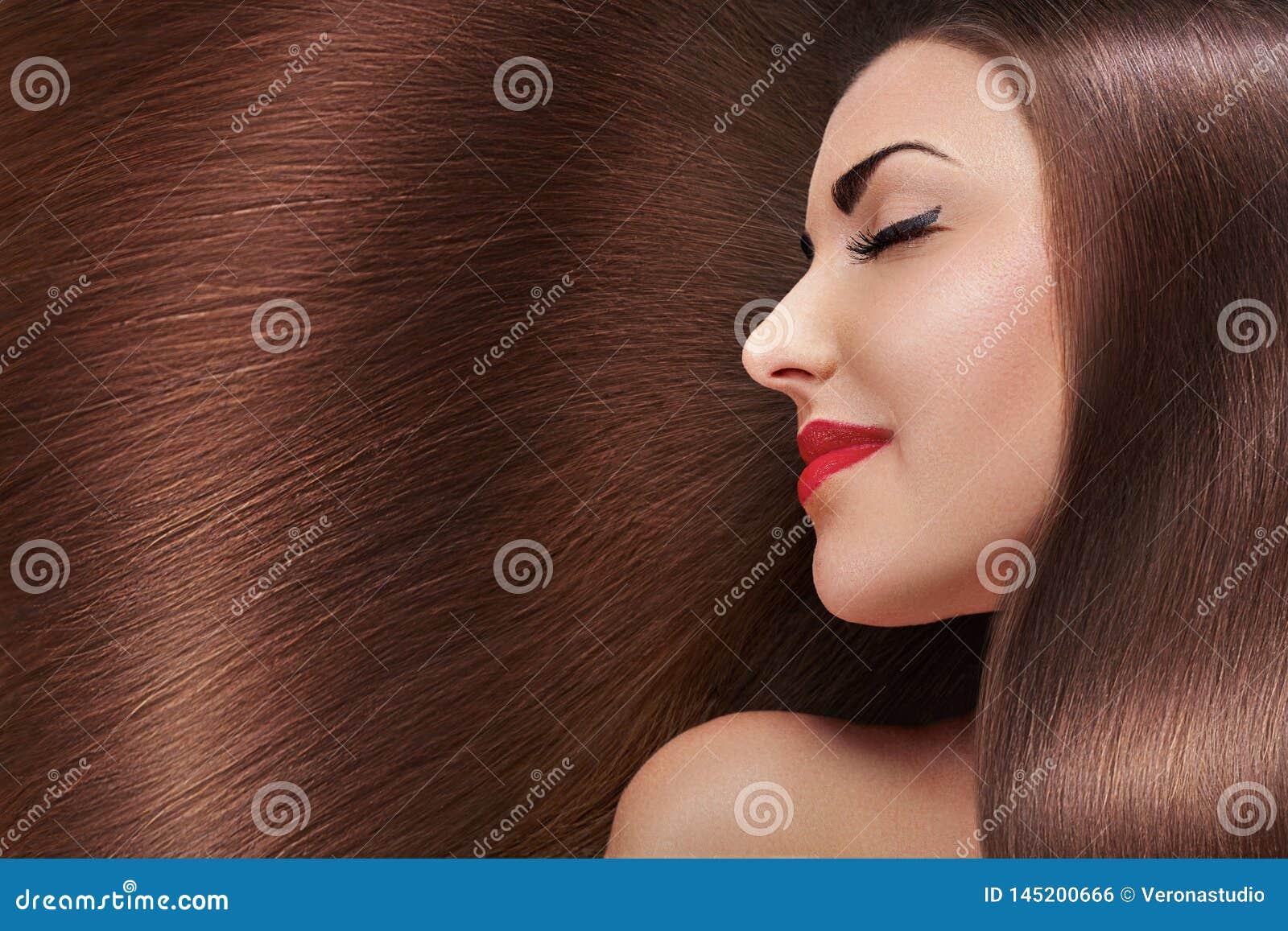 Mooi haar E Schoonheids modelmeisje met gezond bruin haar Mooi wijfje met