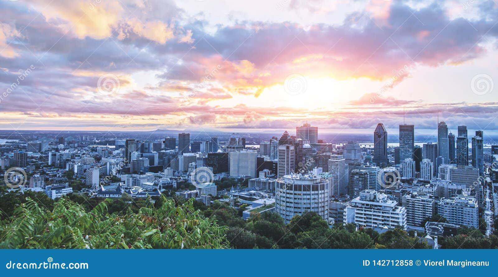 Mooi hemel en zonsopganglicht over de stad van Montreal in de ochtendtijd Verbazende mening van mont-Koninklijk met kleurrijk bla