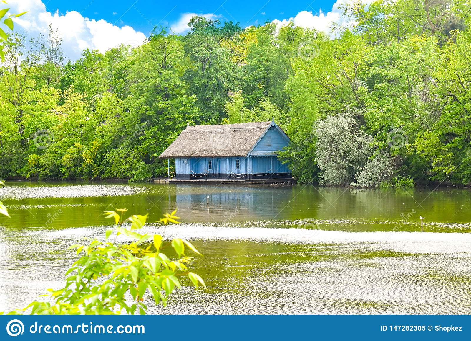 Mooi Herastrau-Park van Boekarest, Roemeni? in een de lentedag
