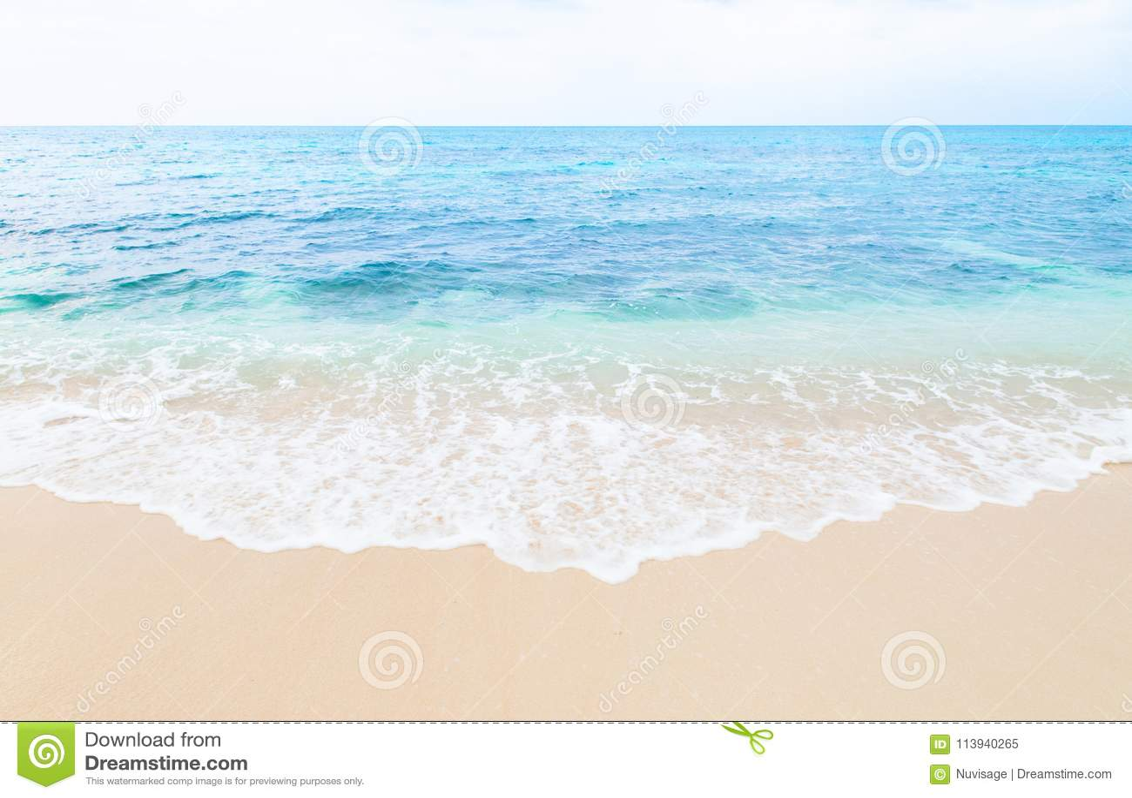 Mooi het zandstrand van de golfaanraking van Miyako-eiland, Okinawa, Japan