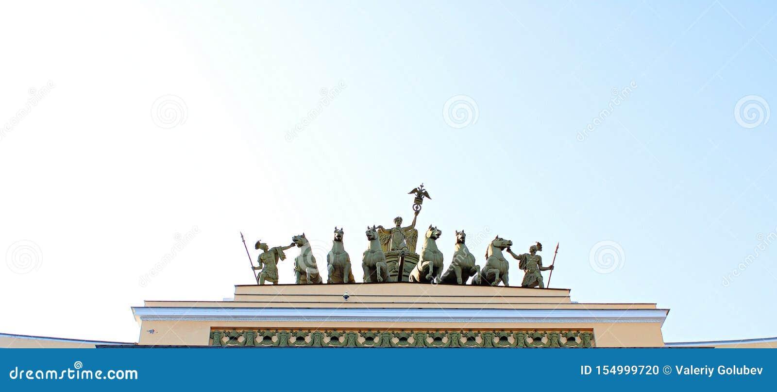 Mooi historisch beeldhouwwerk op het dak van het gebouw
