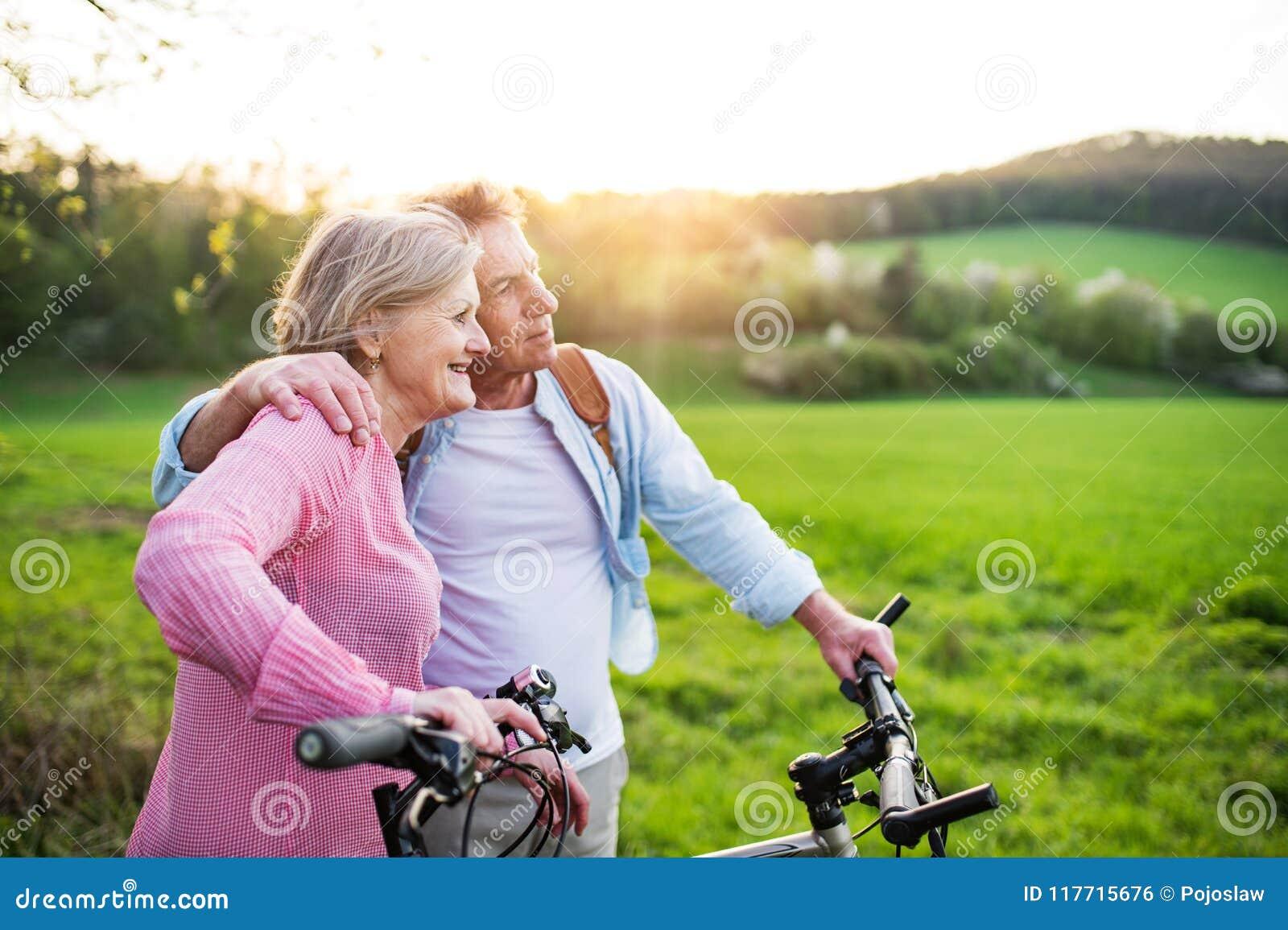 Mooi hoger paar met fietsen buiten in de lenteaard