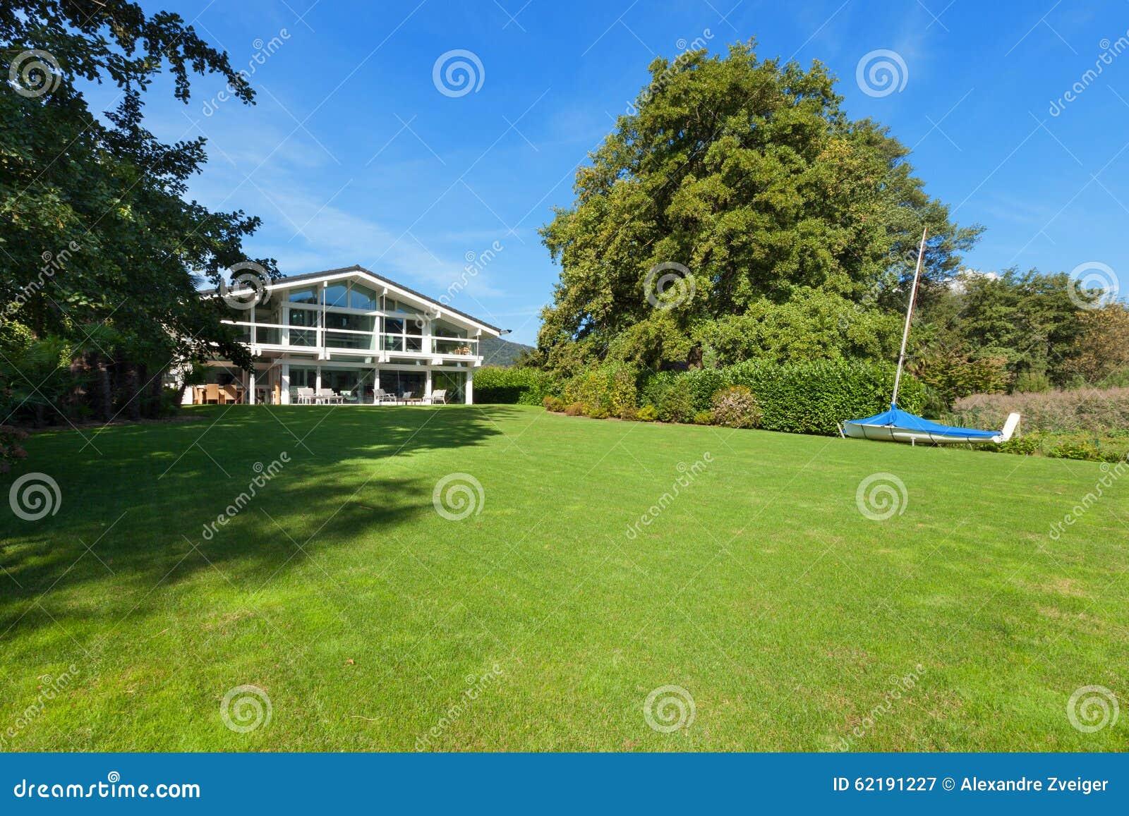 Mooi huis met tuin stock afbeelding afbeelding bestaande uit
