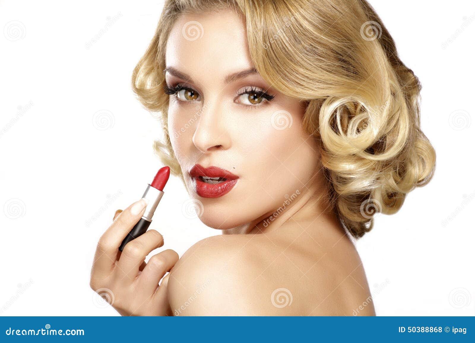 Mooi Jong Blond Model Krullend Haar Die Lippenstift Toepassen Stock