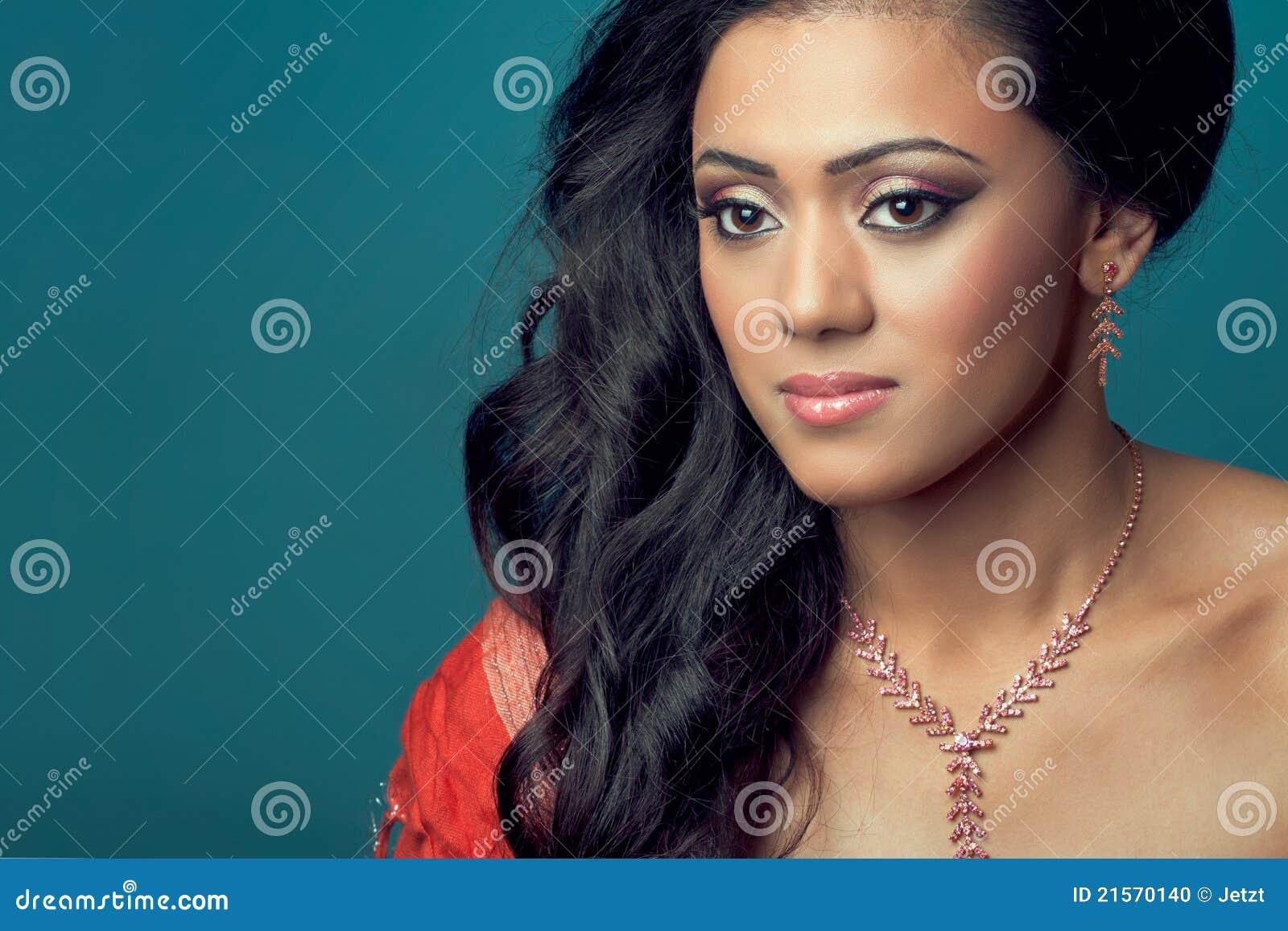 Mooi jong Indisch/Aziatisch model met lang haar