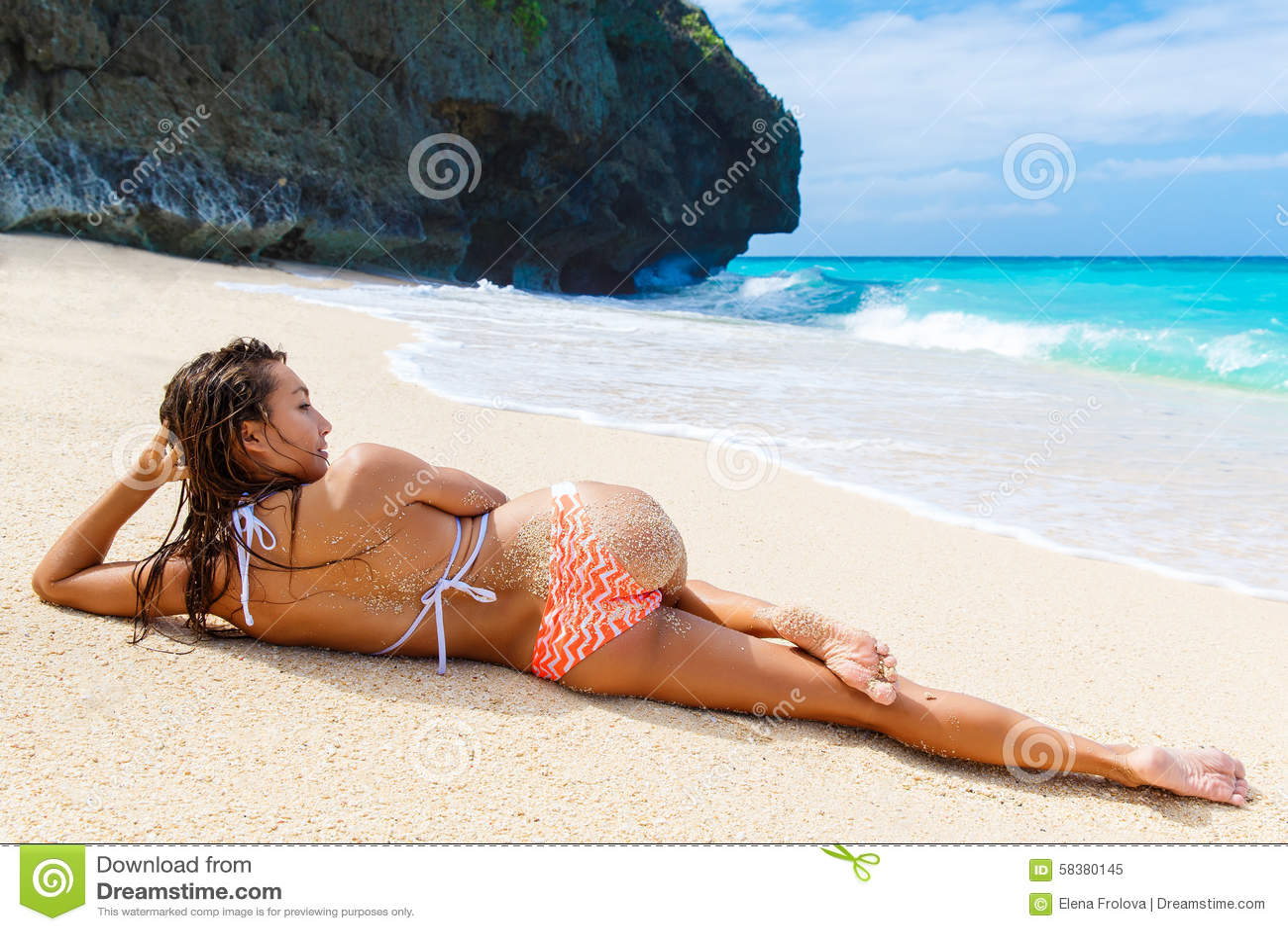 Mooi jong meisje in bikini op een tropisch strand Blauwe overzees binnen