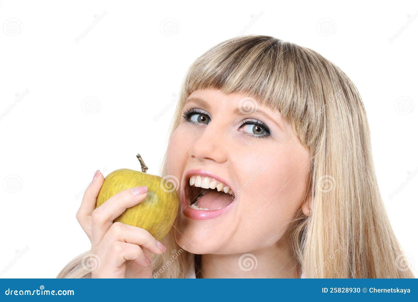 Mooi jong meisje dat groene appel houdt