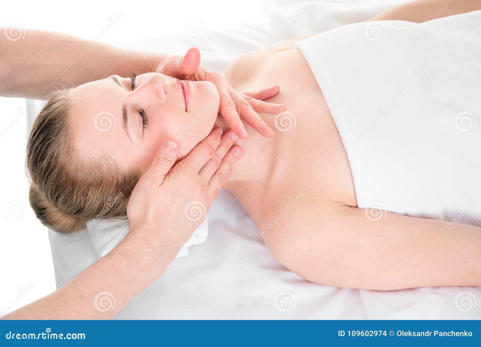 Mooi jong meisje die gezichtsmassage in kuuroordsalon hebben