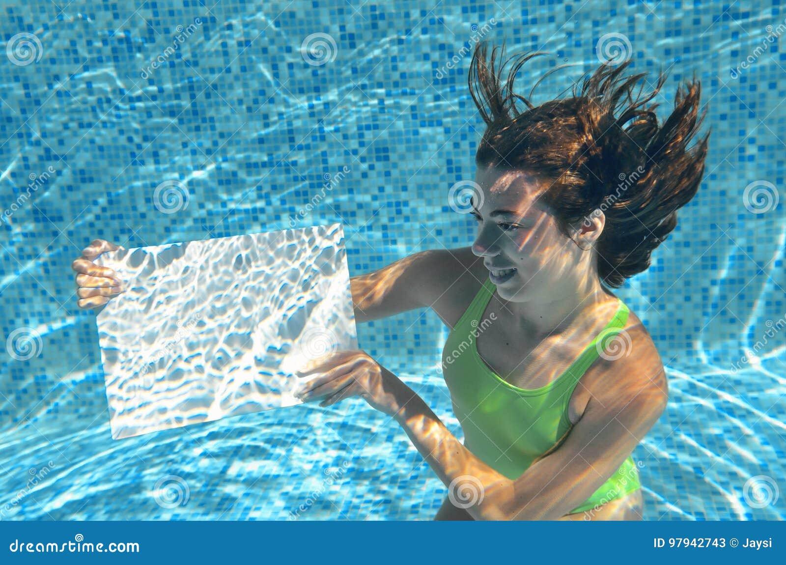 7bc8461fee23cf Mooi jong meisje die witte lege raad in zwembad houden onder water,  familievakantie