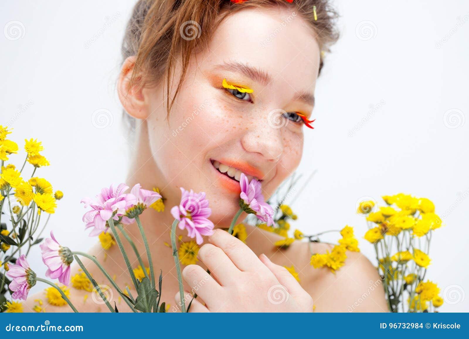Mooi jong meisje in het beeld van flora, close-upportret