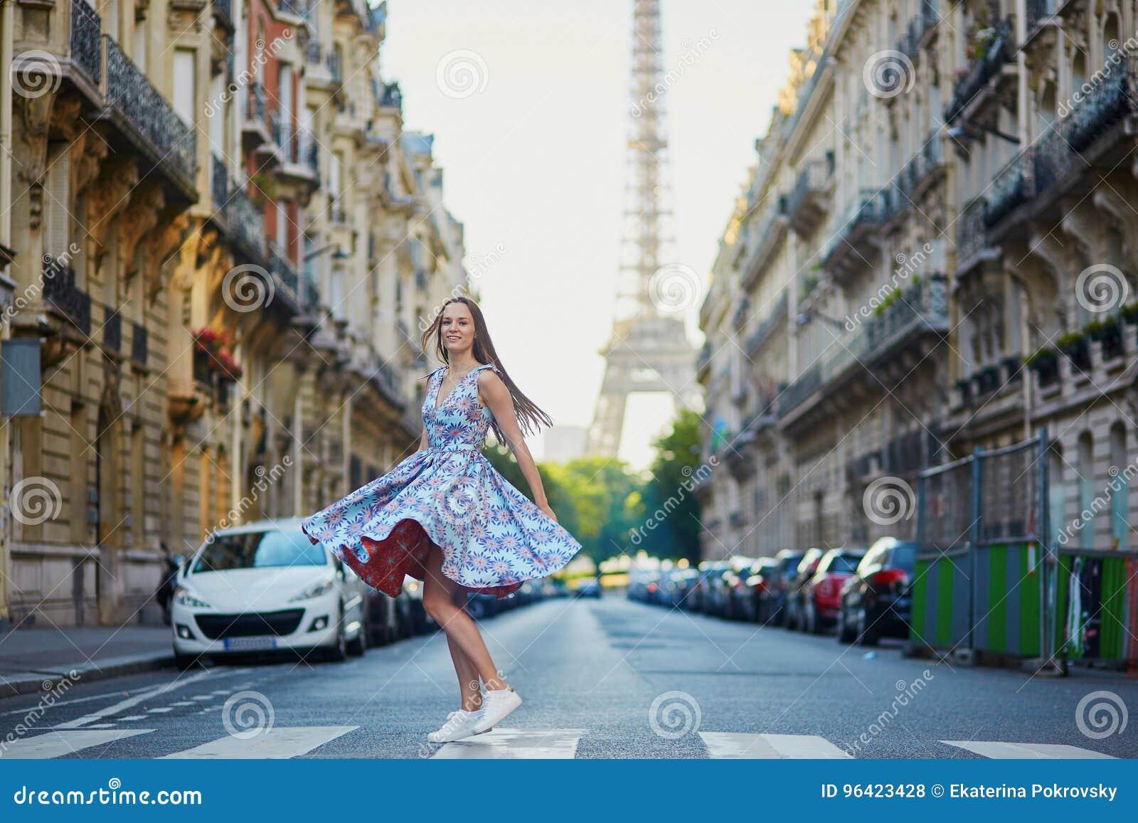 Mooi jong meisje op de straat in Parijs