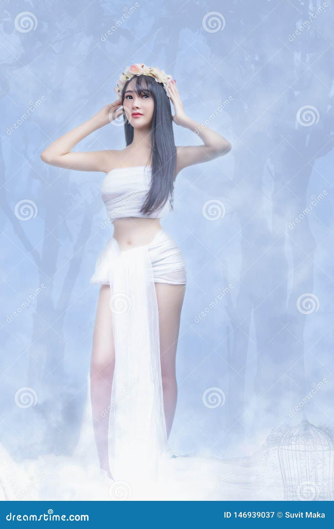 Mooi jong meisje in witte kleding