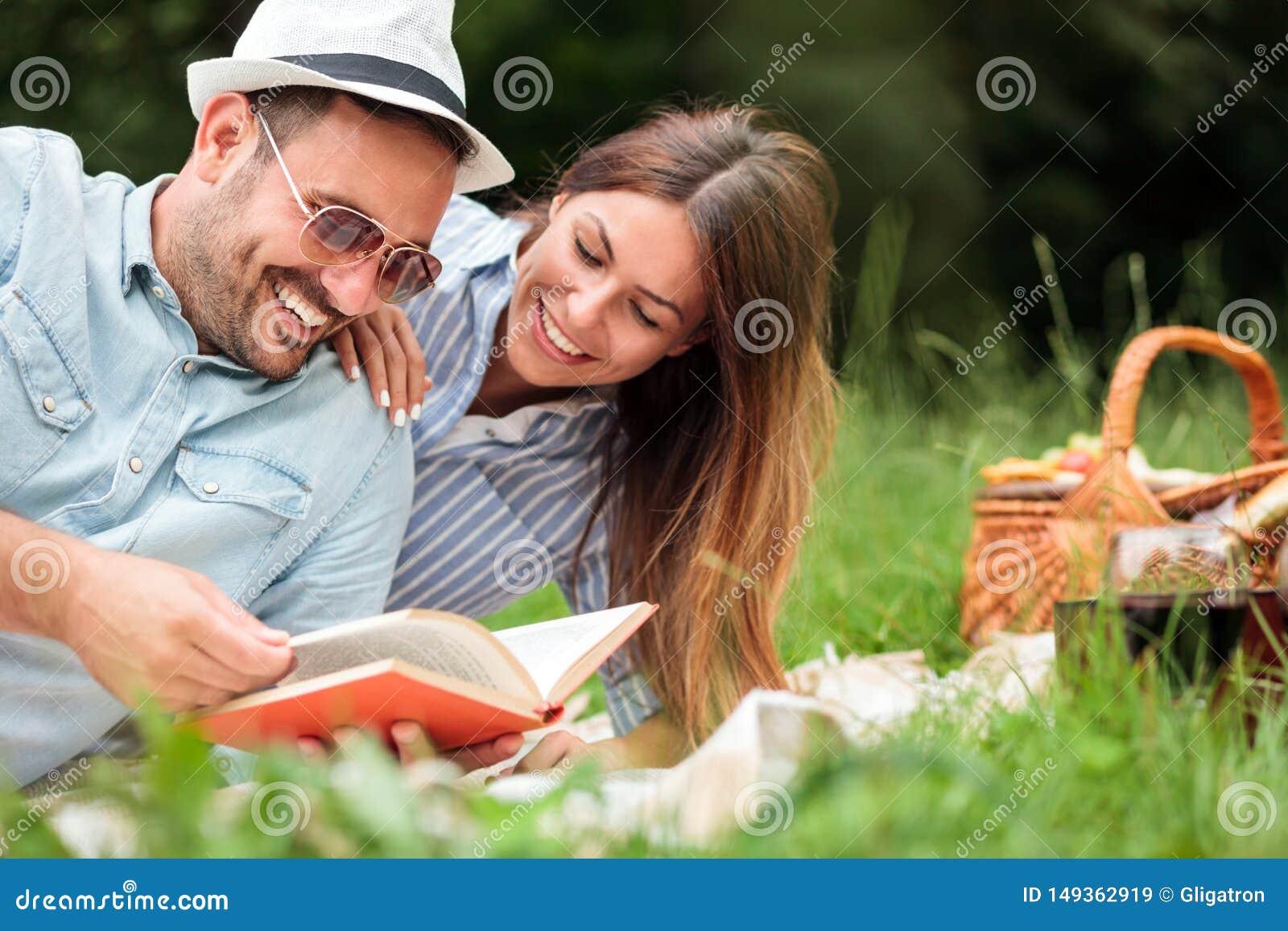 Mooi jong paar die een ontspannende romantische picknick in een park hebben