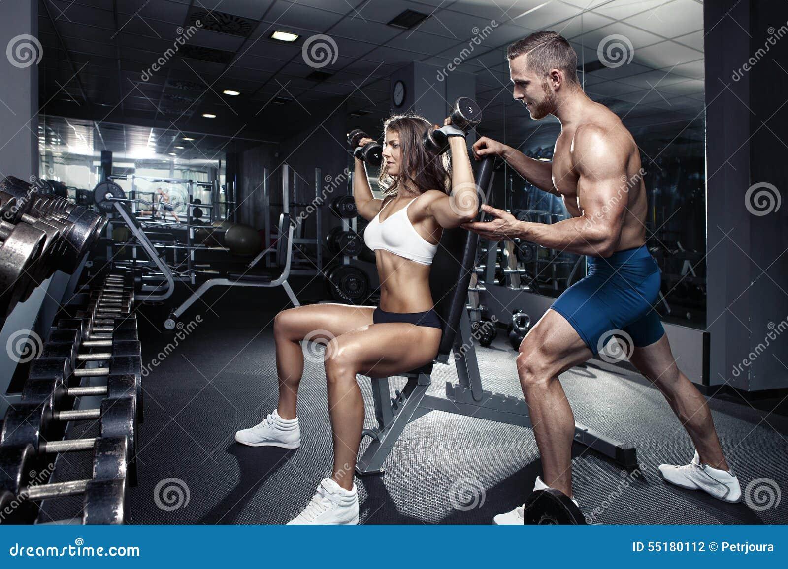 Mooi jong sportief sexy paar in gymnastiek