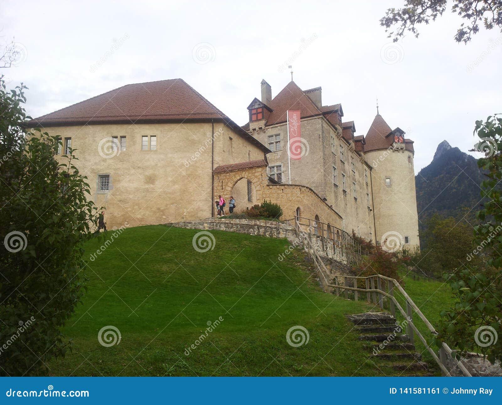 Mooi kasteel in de bergen van Zwitserland