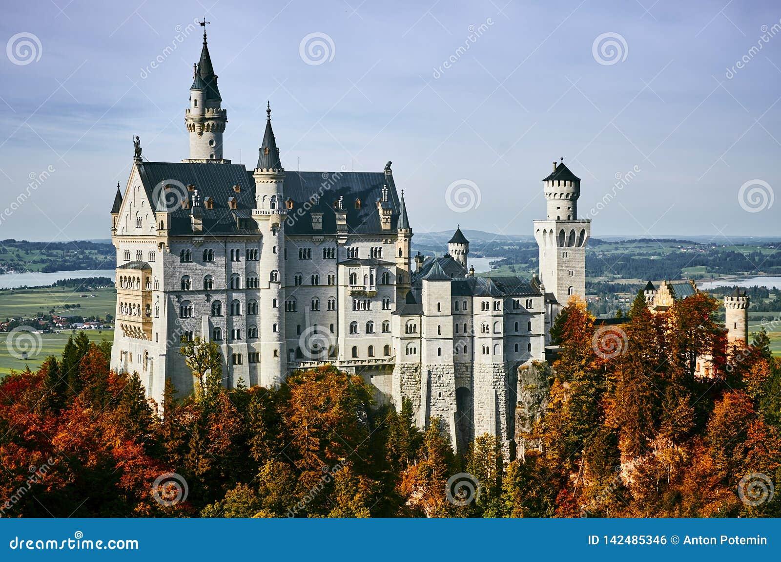 Mooi kasteel Neuschwanstein in de herfst zonnige dag