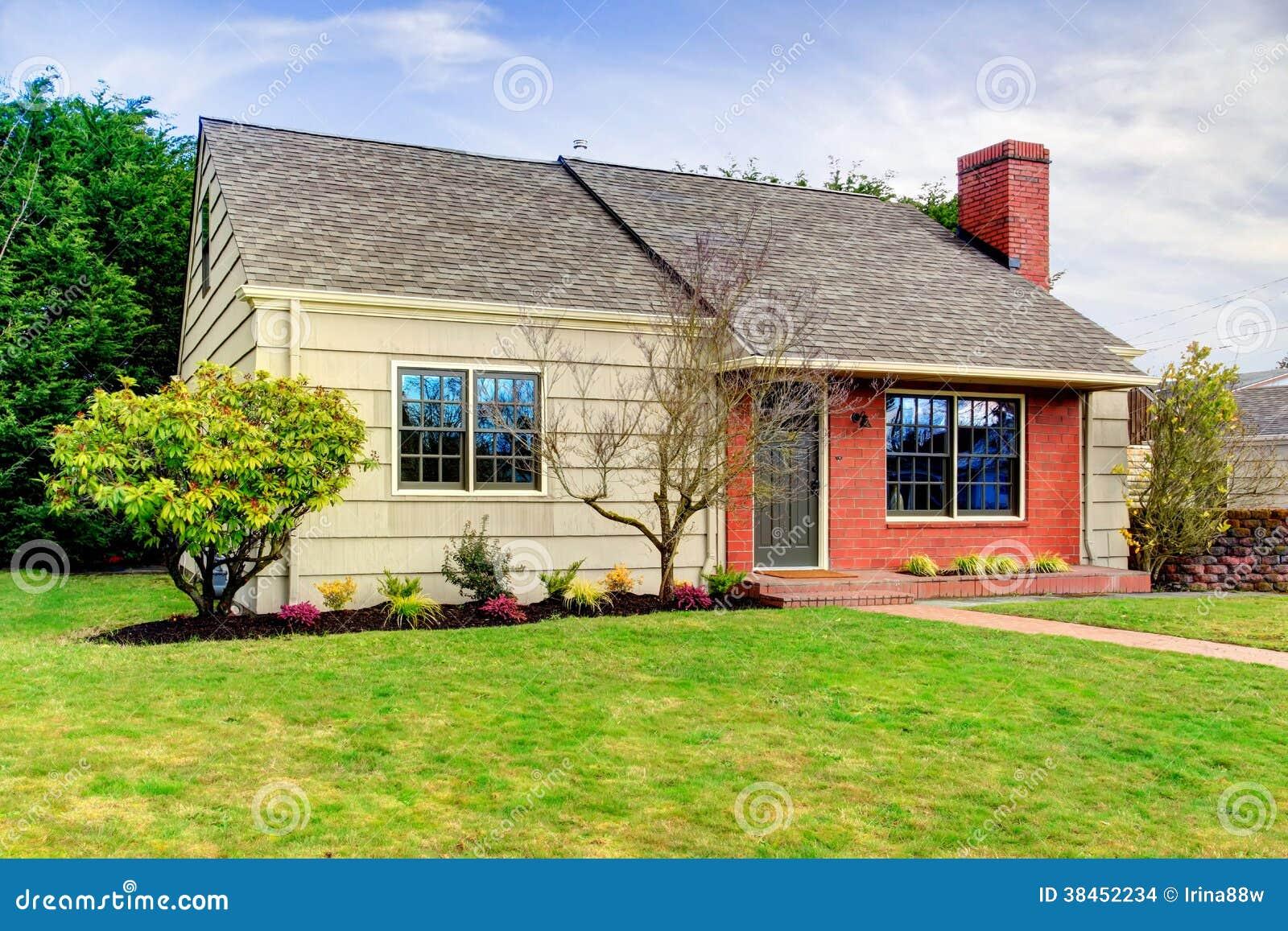 Mooi klein het opruimen huis met een muur van de baksteenversiering stock foto afbeelding - Mooi huis ...