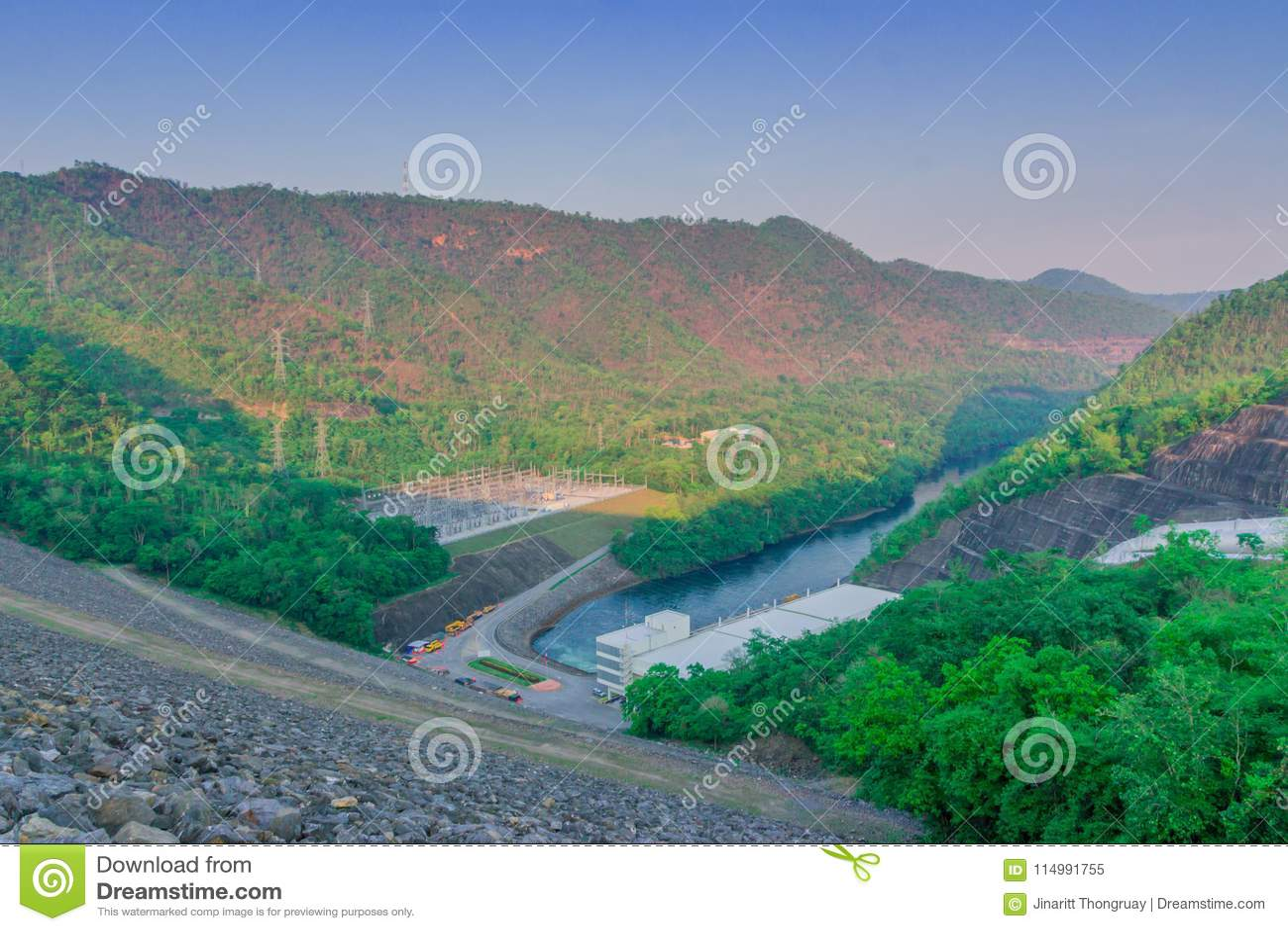 Mooi landschap bij de avond van Srinagarind-dam Kanchanabui,
