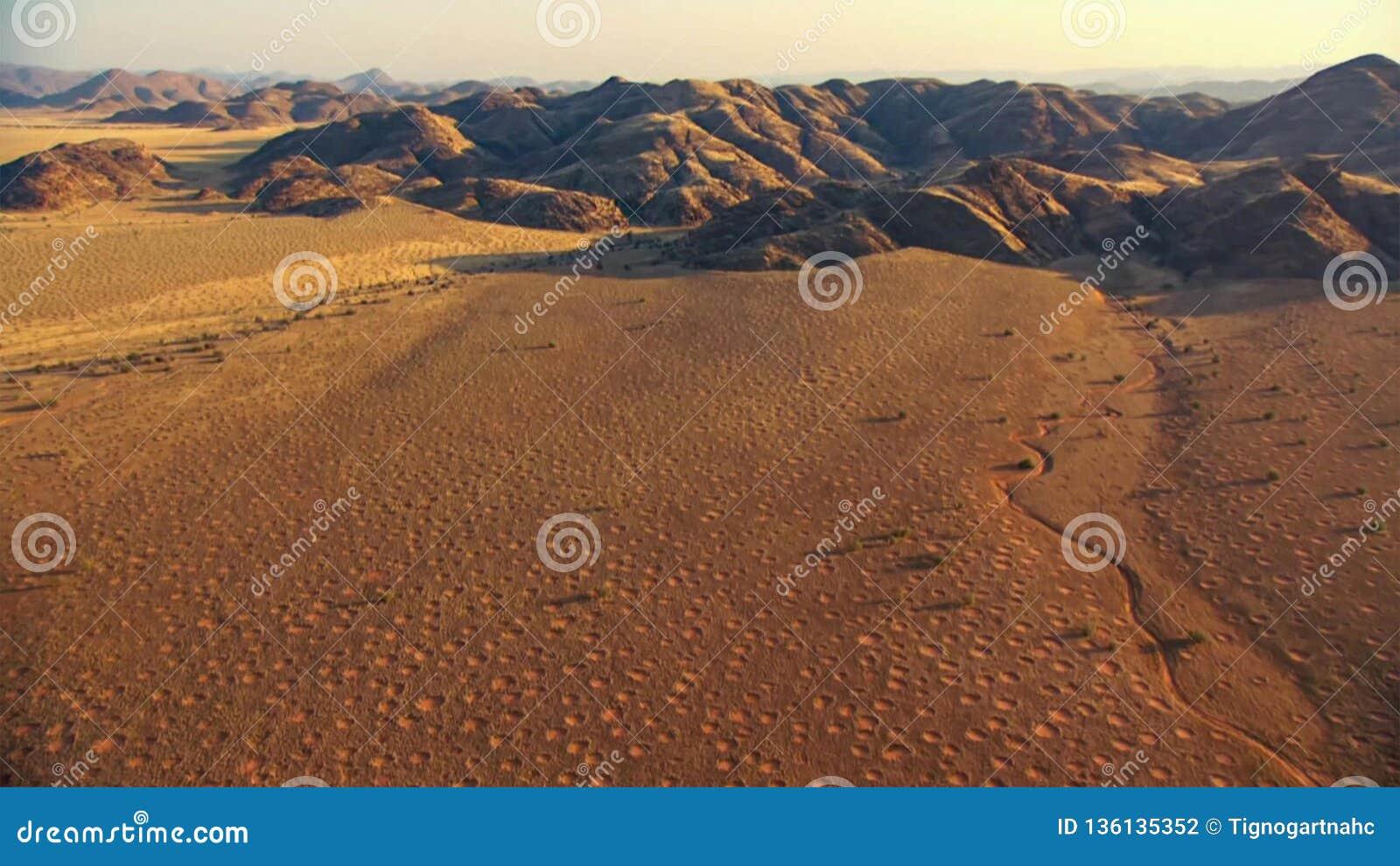 Mooi landschap in Kalahari met groot rood duin en heldere kleuren