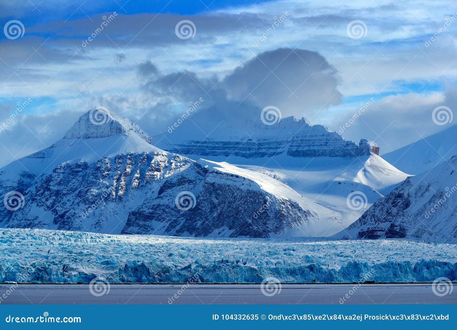 Mooi landschap Koud zeewater Land van ijs Het reizen in Noordpoolnoorwegen Witte sneeuwberg, blauwe gletsjer Svalbard, Noorwegen