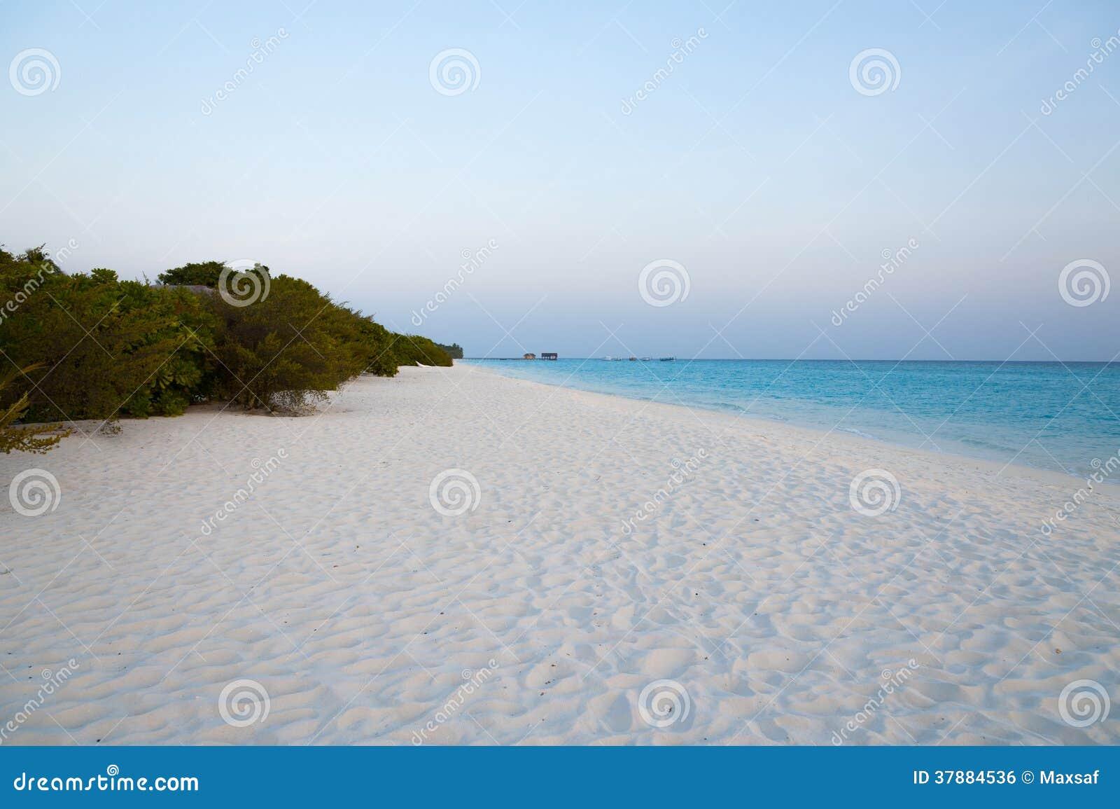 Mooi landschap met oceaan en wit zand op strand