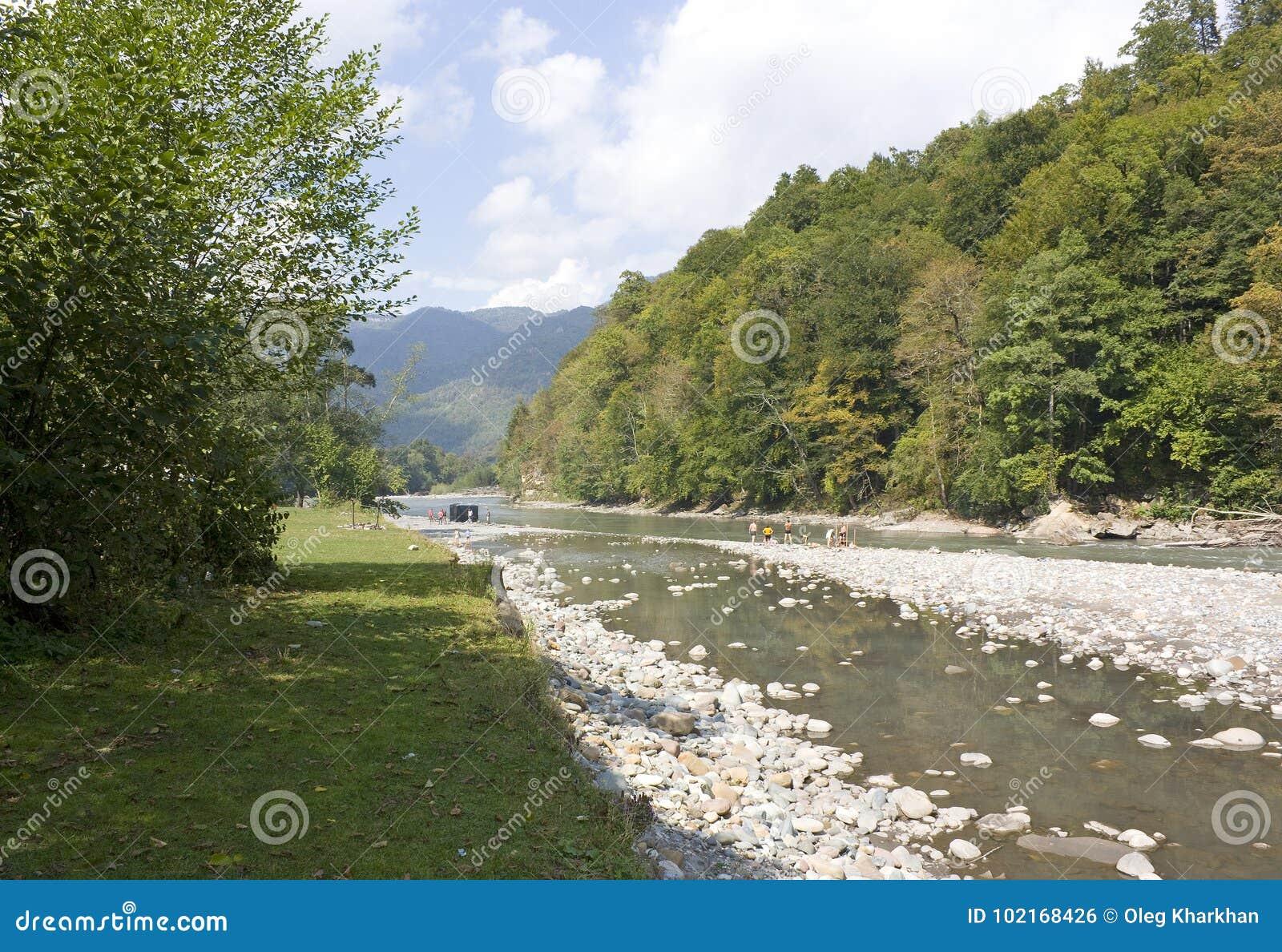 Mooi landschap met rivier en bergen De Belay rivier is in de Noord-Kaukasus