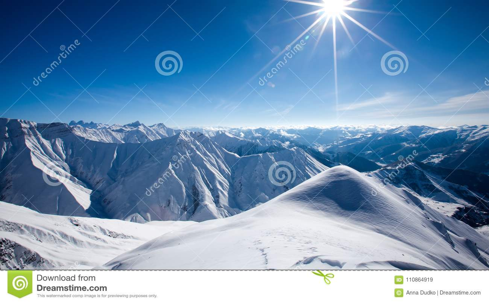 Mooi landschap van de bergen van de Kaukasus, Gudauri-skitoevlucht, G