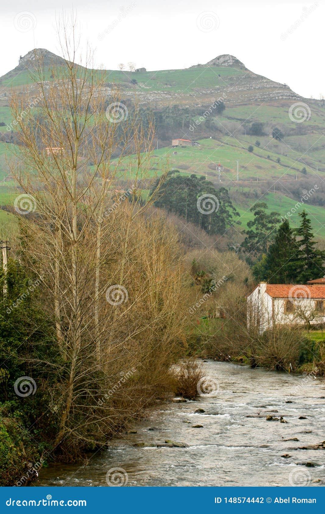 Mooi landschap van de Busampiro-pieken en de Miera-rivier van de mooie stad van Lierganes, Cantabrië Tetas van Lasdos