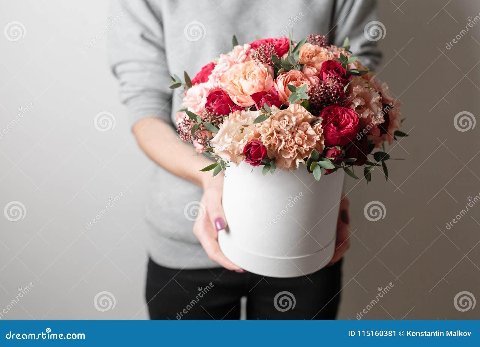Mooi luxeboeket van gemengde bloemen in vrouwenhand het werk van de bloemist bij een bloemwinkel Horizontale foto