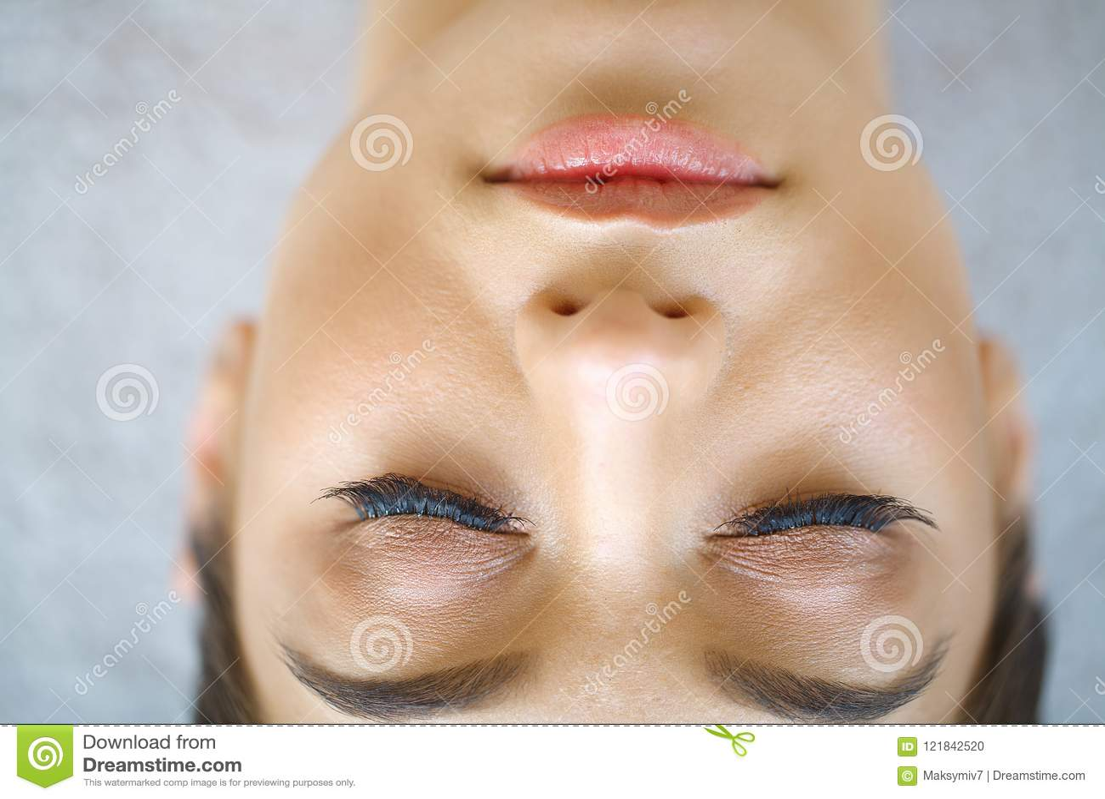 Mooi macroschot van vrouwelijk oog met extreme lange wimpers a