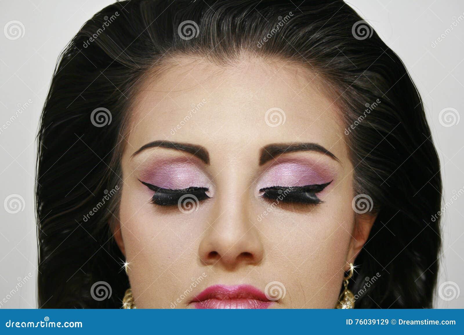 Mooi maniermeisje met de gesloten oogschaduwwen van de ogenpink