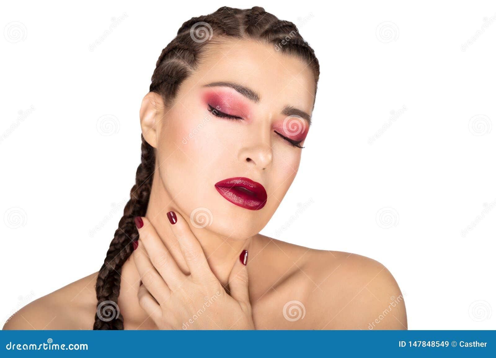 Mooi maniermeisje met gevlecht haar, rode wijnwijn, spijkers en oogschaduw Het concept van de schoonheidsmake-up