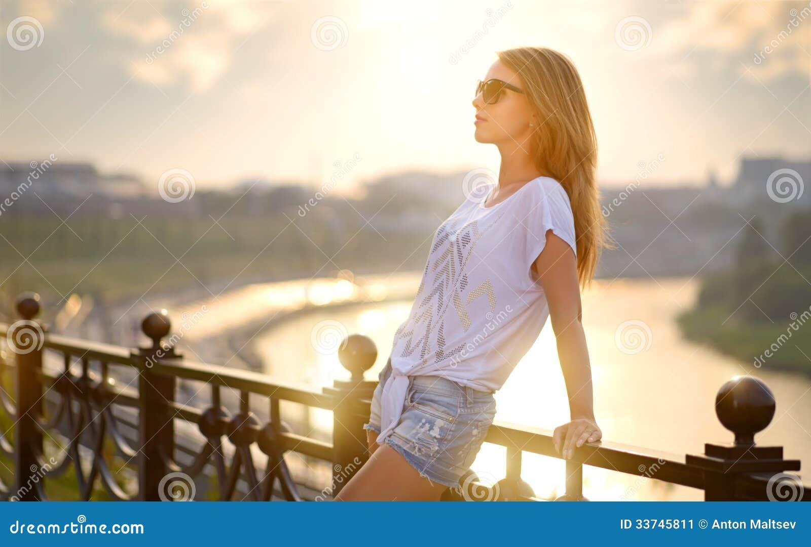 Mooi maniermeisje in zonnebril