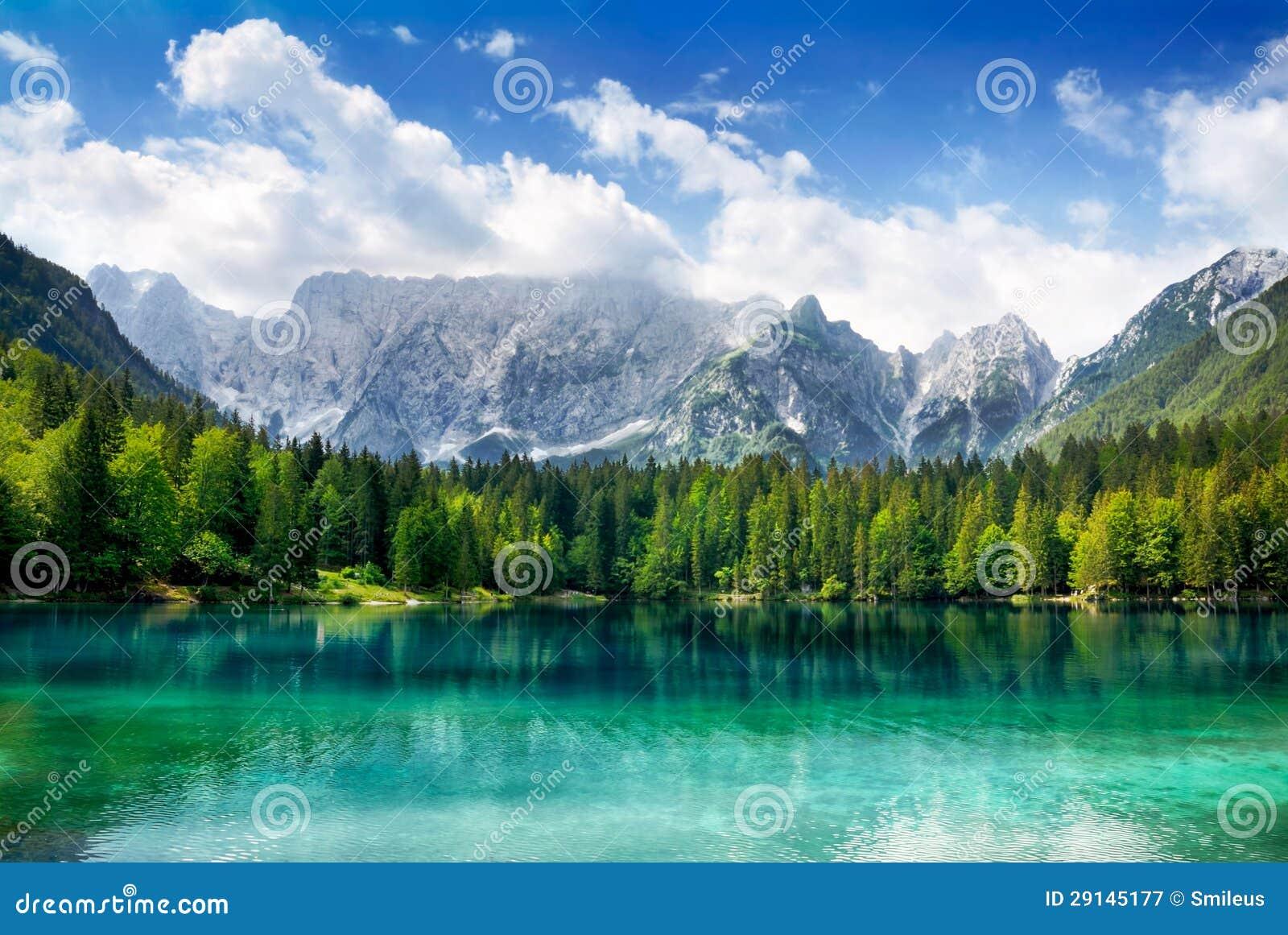 Mooi meer met bergen op de achtergrond